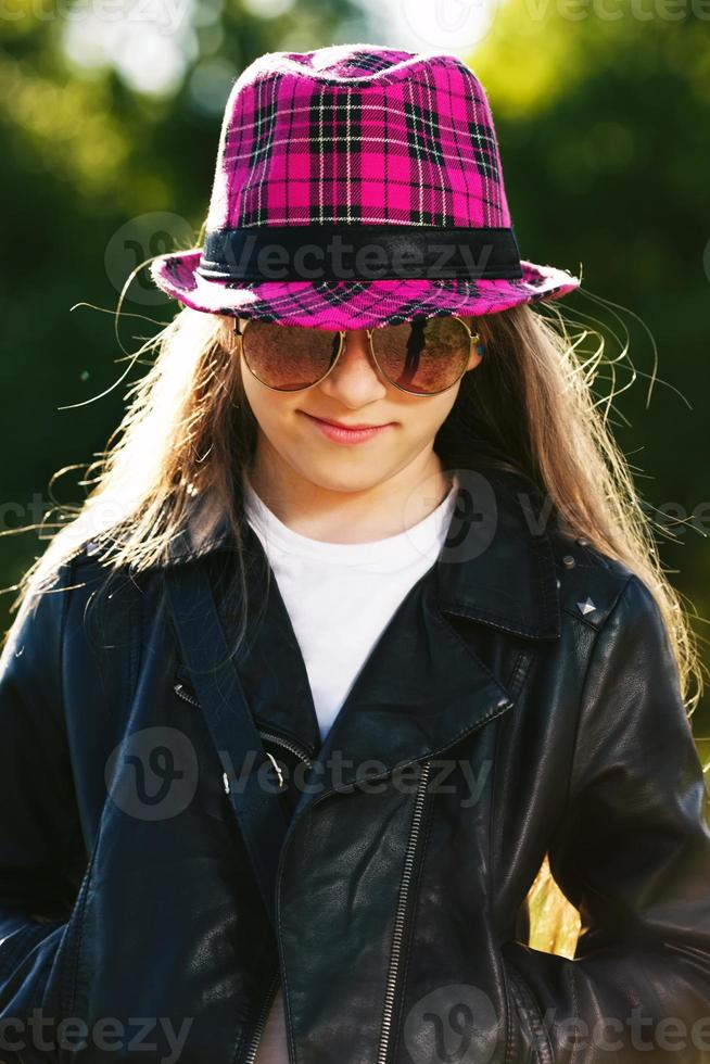 flicka i skinnjacka och hatt foto