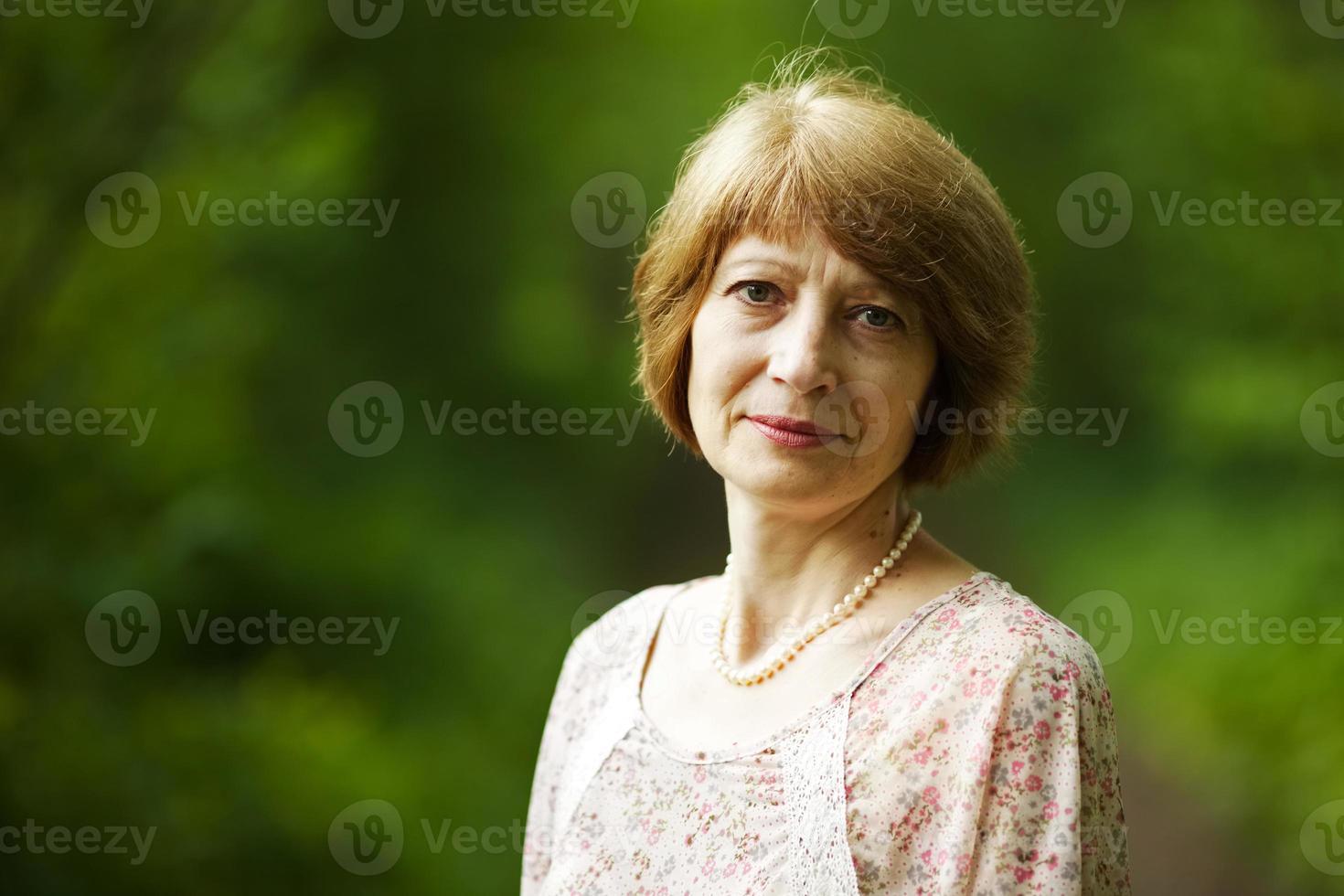 vacker äldre kvinna med pärlpärlor foto