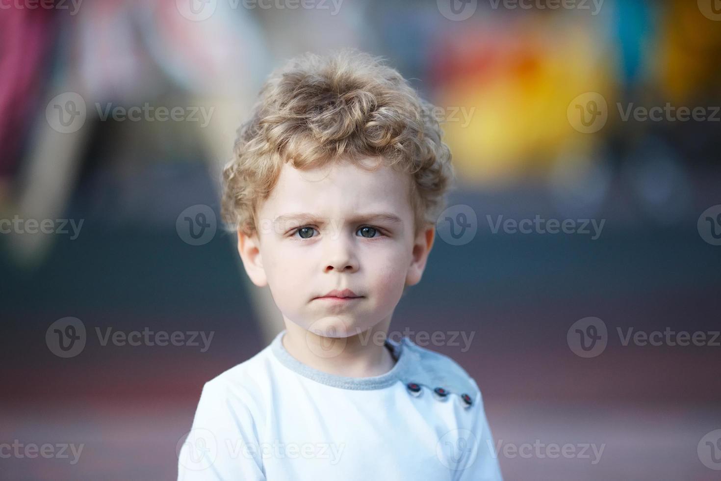 porträtt av en ung lockig pojke foto