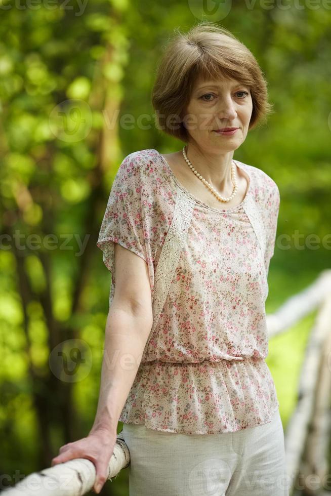 omtänksam vacker äldre kvinna foto