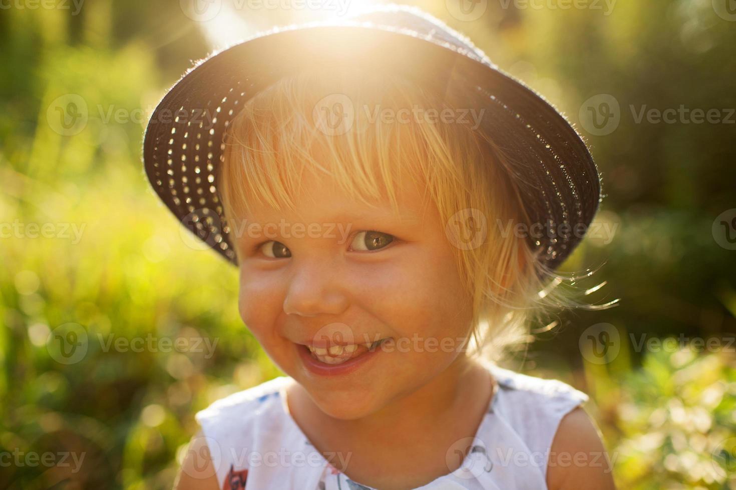 liten leende blond flicka foto