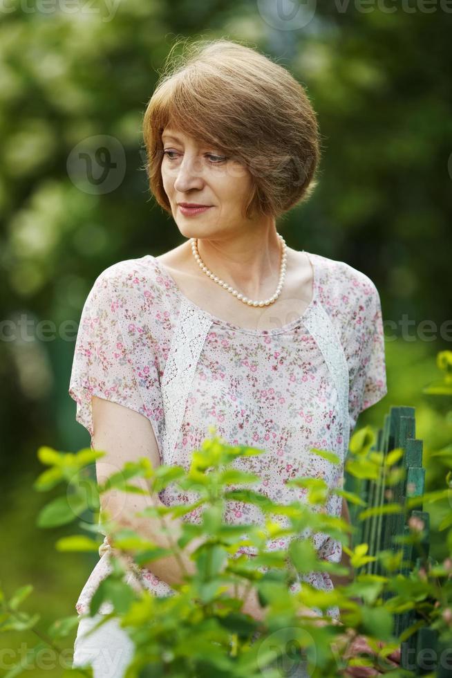 vacker äldre kvinna i pärlor foto