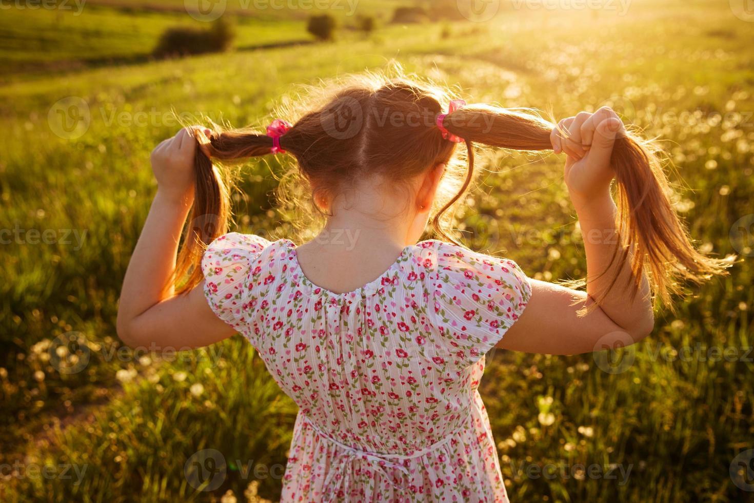 liten flicka med hårsvansar foto