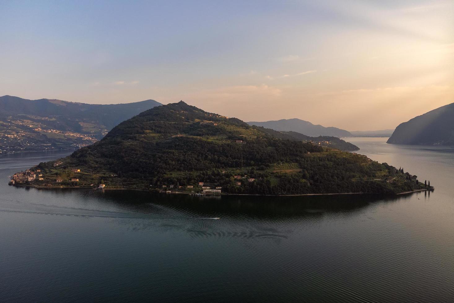 panoramautsikt över sjön iseo och monte isola foto