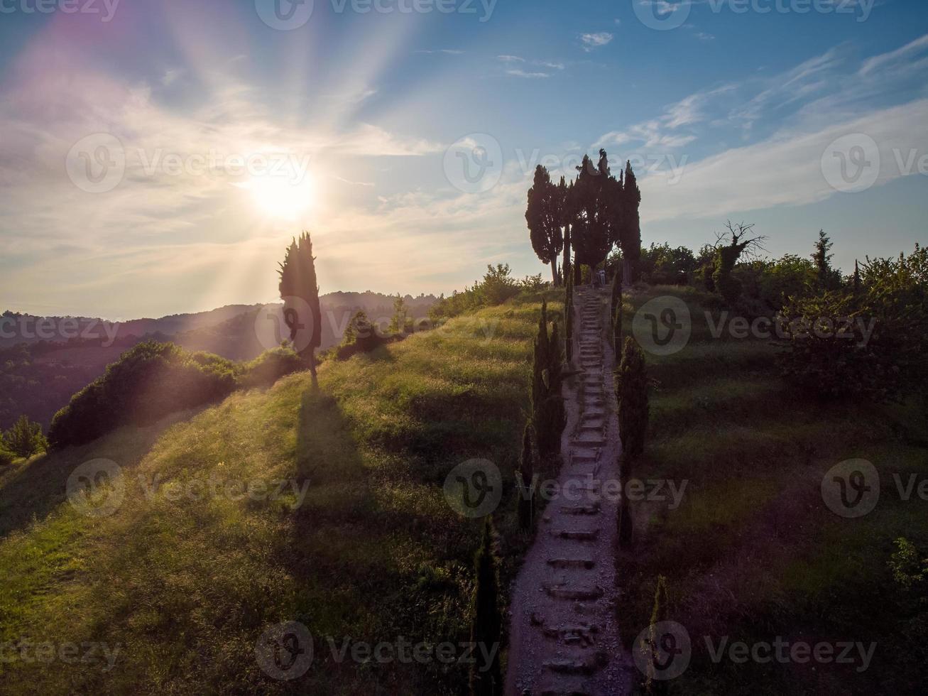 trappor i natursten med vackert landskap vid solnedgången foto