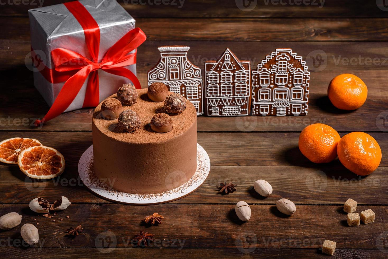läckra vackra sötsaker på ett mörkt träbord på julafton foto