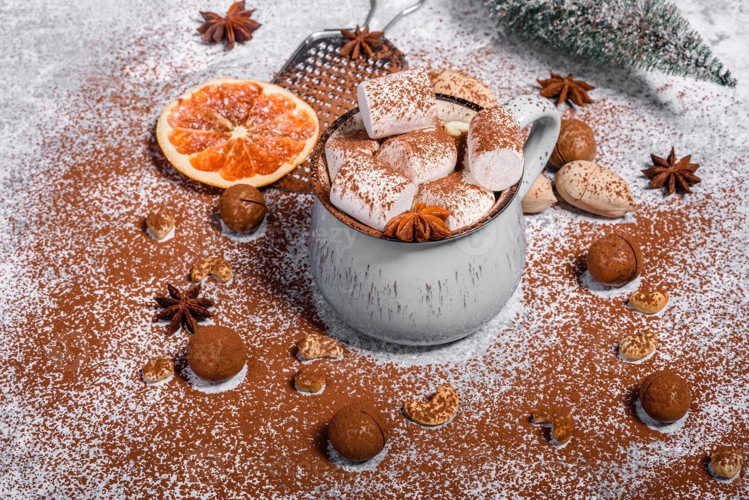 mugg varm choklad med vita marshmallows foto
