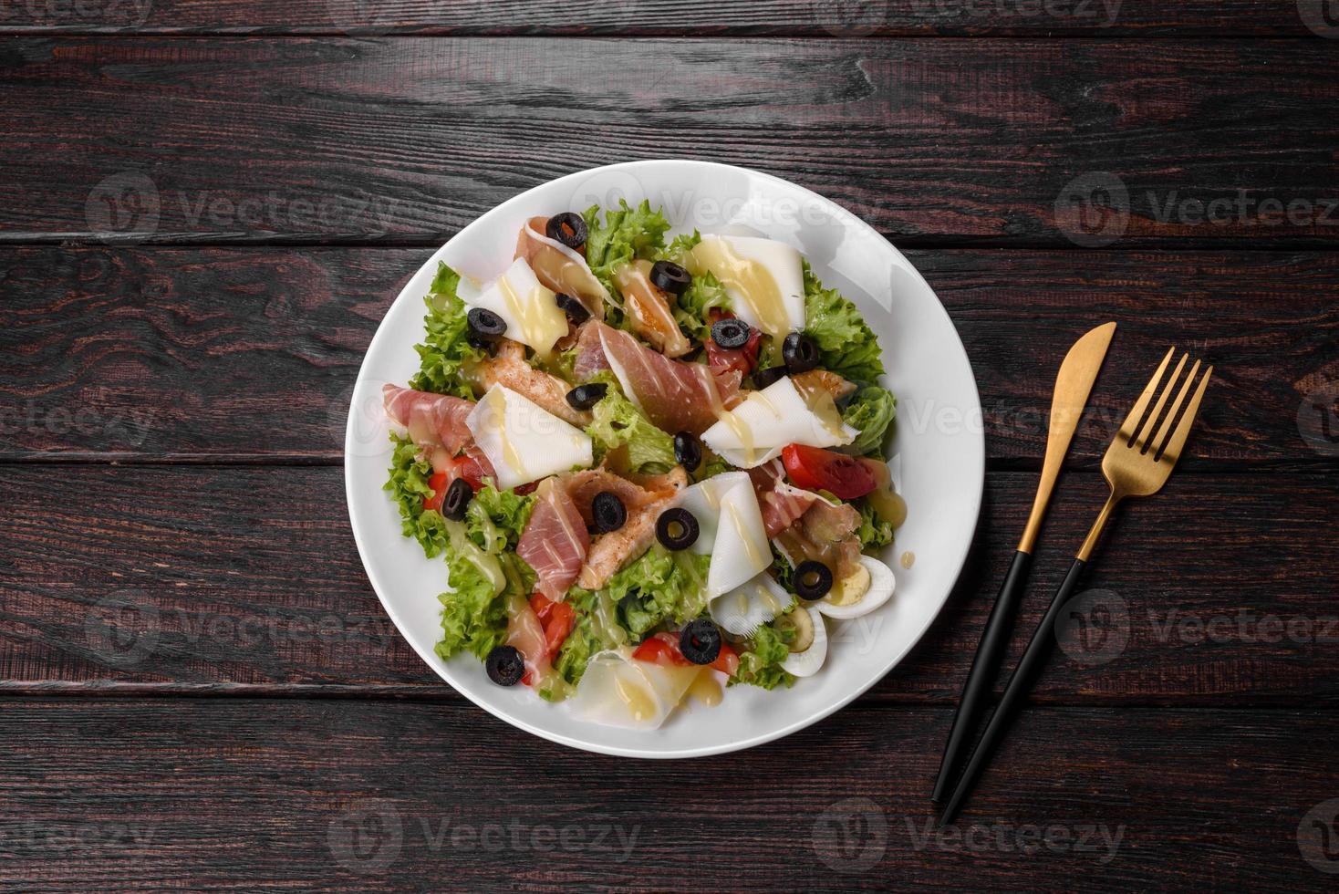 utsökt färsk sallad med bacon till festbordet foto