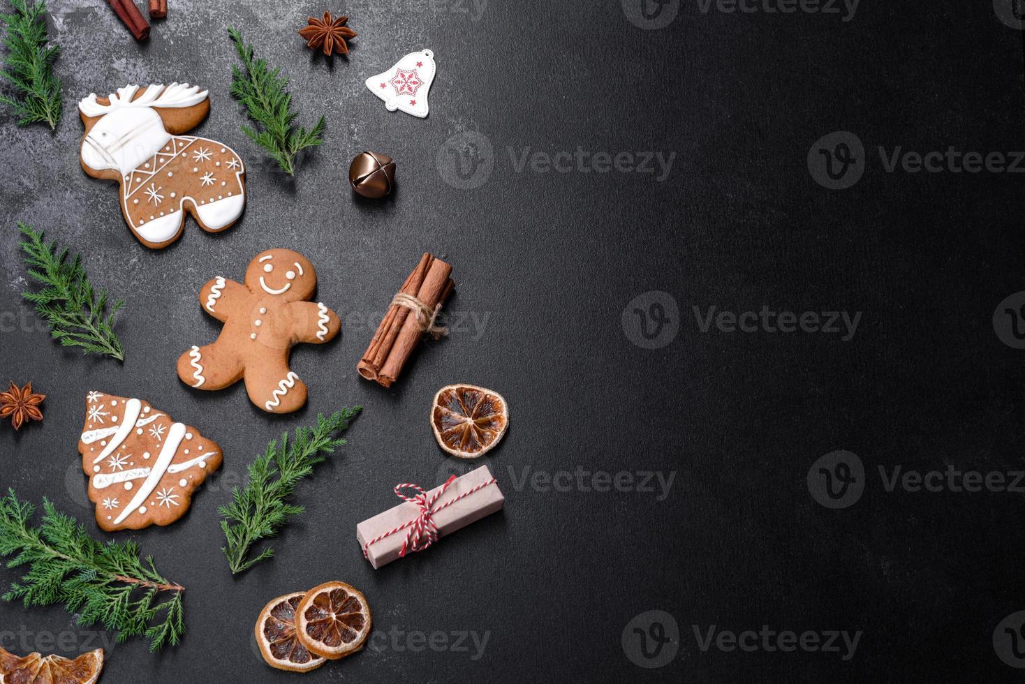 julfestliga pepparkakor gjorda hemma på ett mörkt bord foto