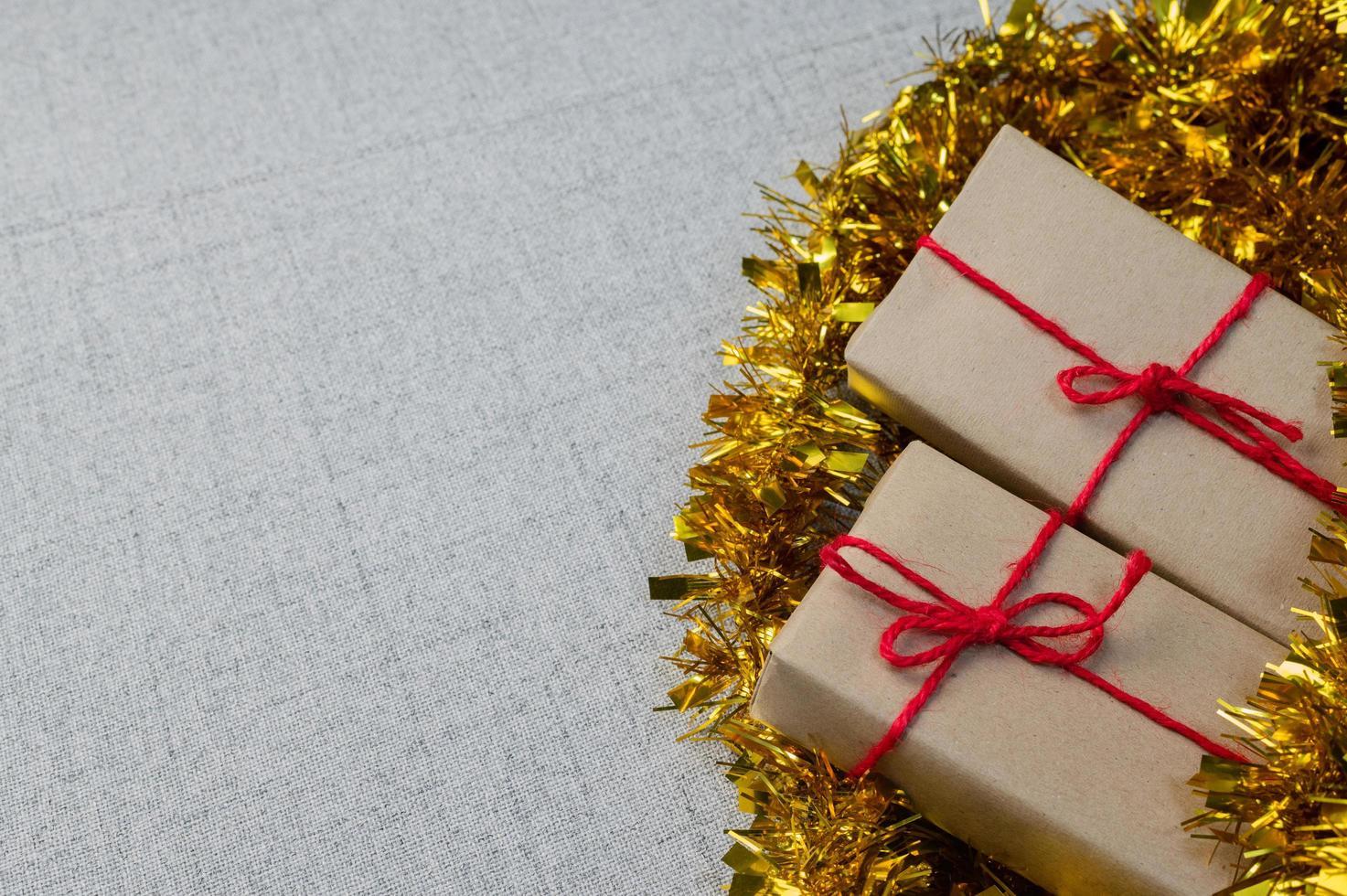 presentförpackning, nyårspresentlåda, julklappslåda, kopieringsutrymme. jul, hew år, födelsedagskoncept. foto