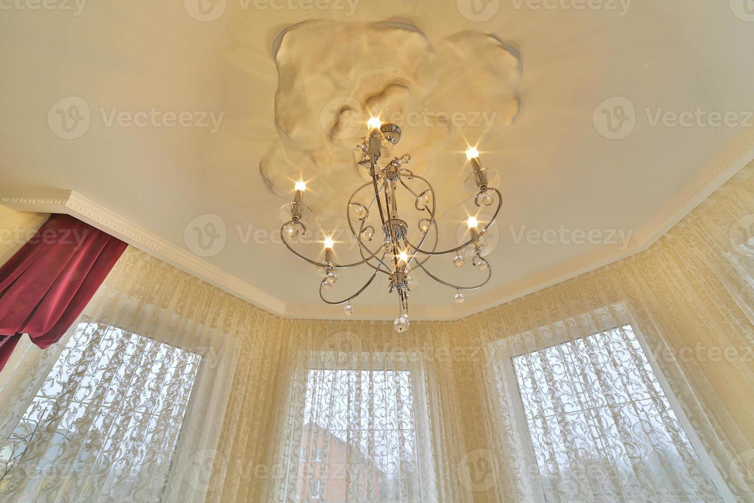 närbild på kristall av modern ljuskrona, är en grenad prydnadsarmatur designad för att monteras på tak eller väggar. vintage ljuskrona. foto