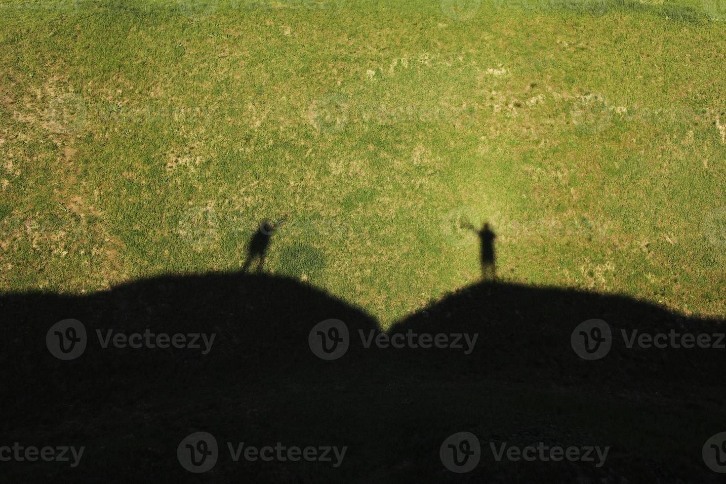 skugga av älskare på de gröna kullarna på sommarsolig dag. härligt sommarlandskap foto
