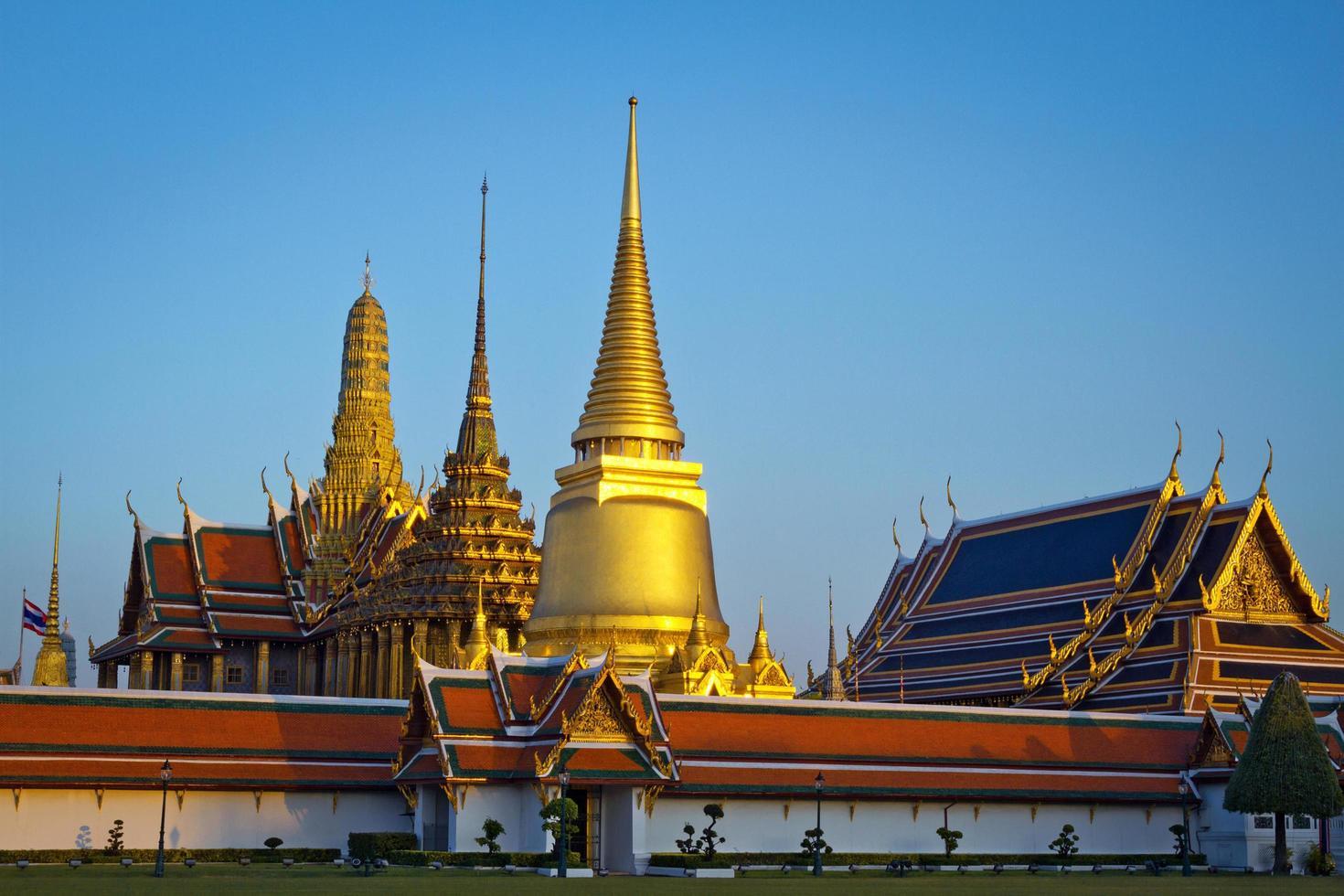wat phra kaew, smaragdens buddhas tempel med blå himmel, Bangkok, Asien, Thailand. foto
