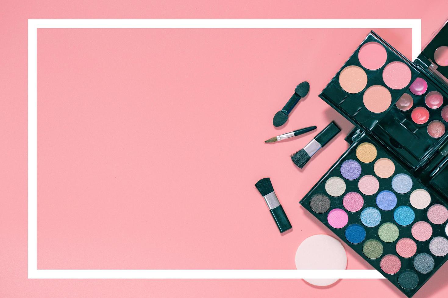 uppsättning dekorativa kosmetika på ljus färgrik rosa bakgrund. foto