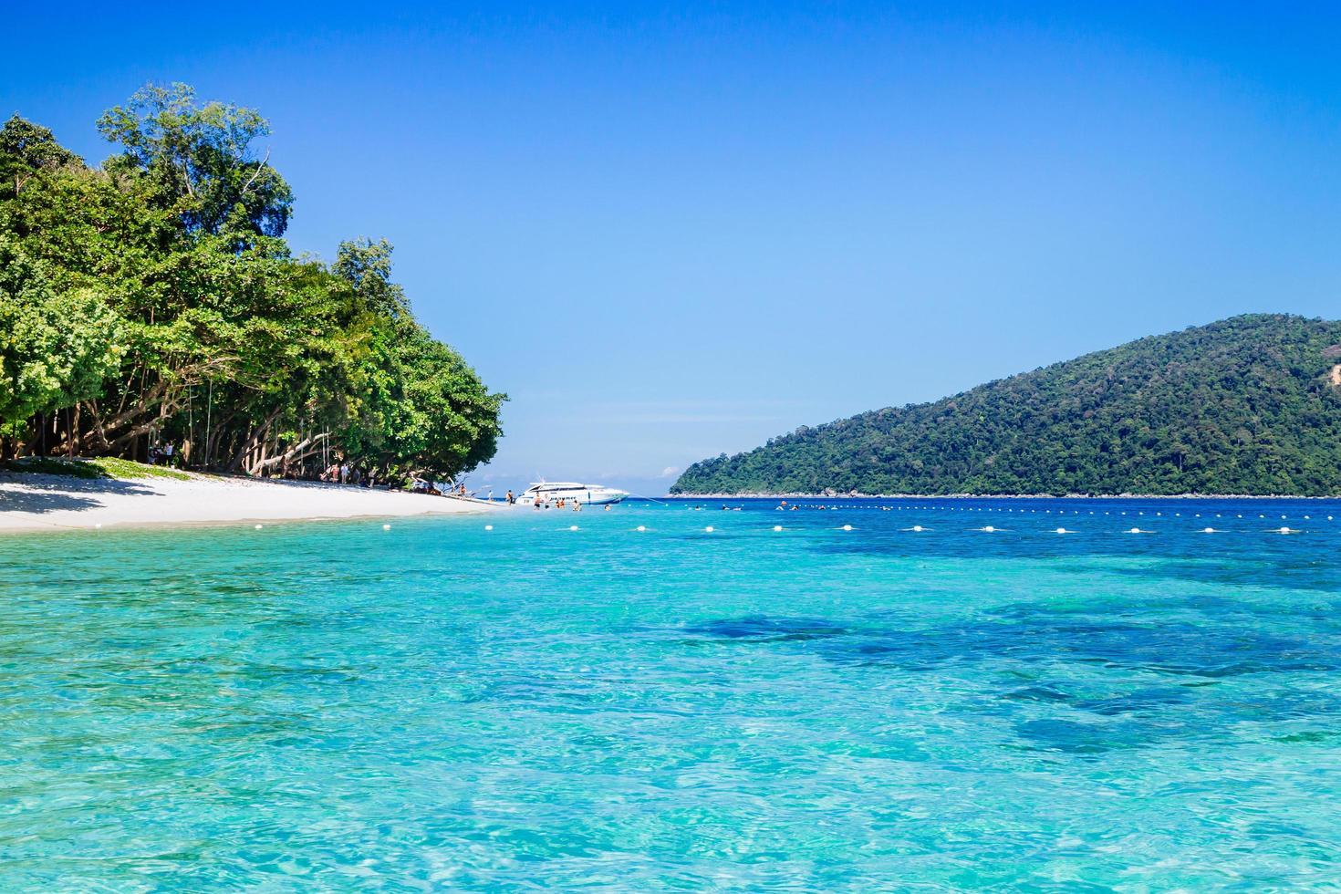 vacker sommarstrand. lipe island, koh lipe, satunprovinsen thailand foto