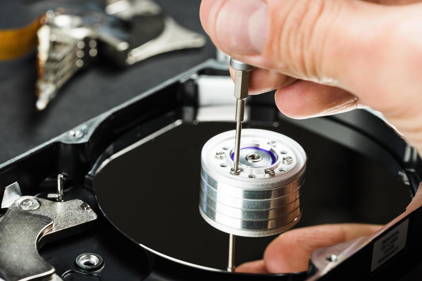 reparatör som demonterar hårddisken närbild foto
