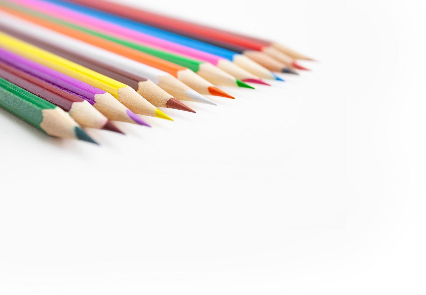 selektivt fokus på spetsarna av färgpennor på vit bakgrund. foto