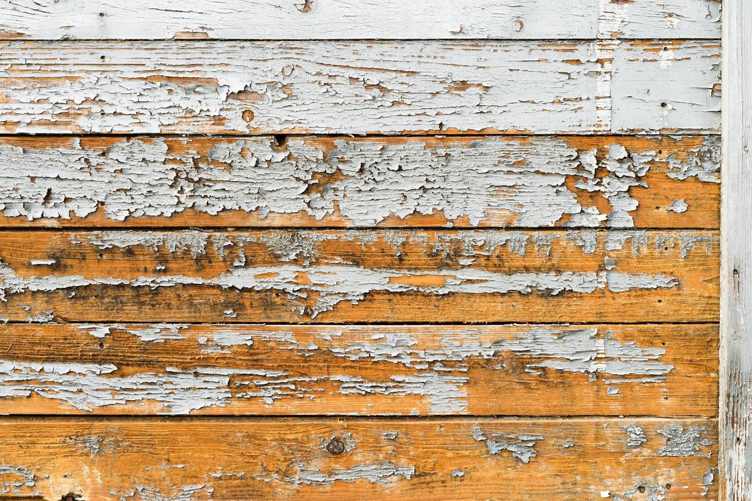 gamla träplankor med sprucken färg, bärande mönster foto