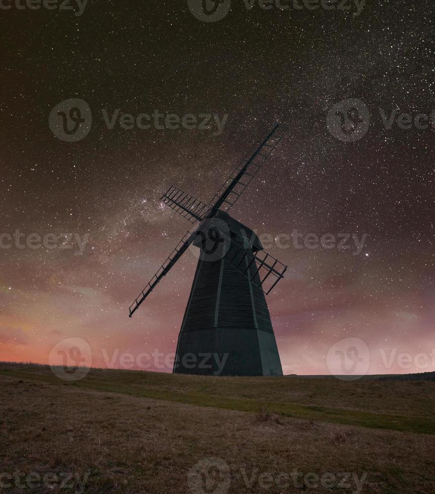 väderkvarn på natten foto