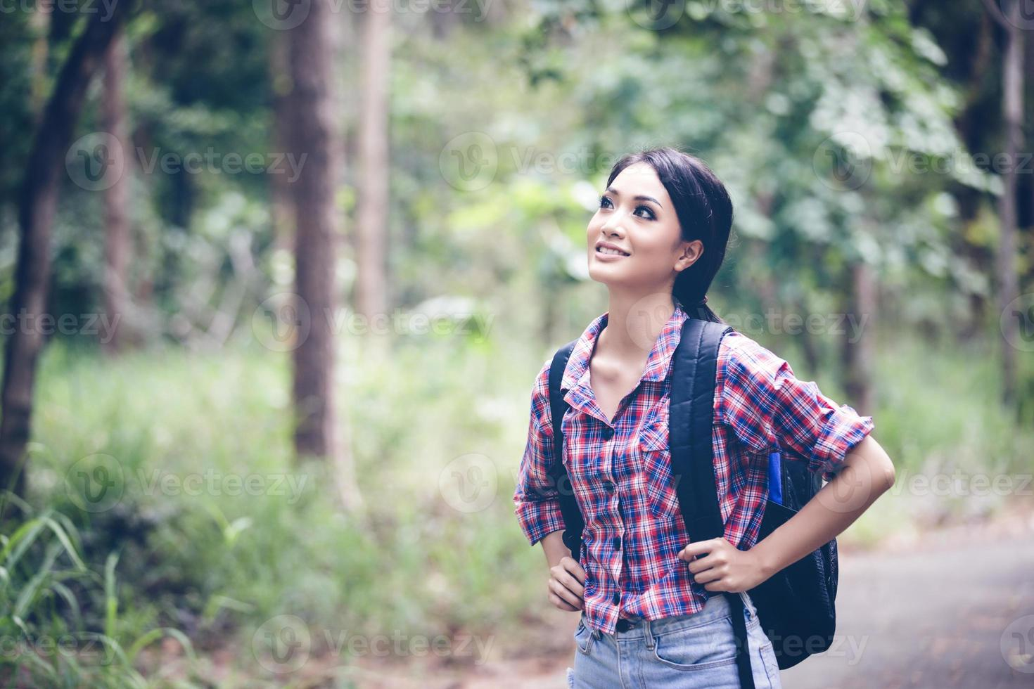 unga kvinnor vandrare på koppla av på semester koncept resa i skogen foto