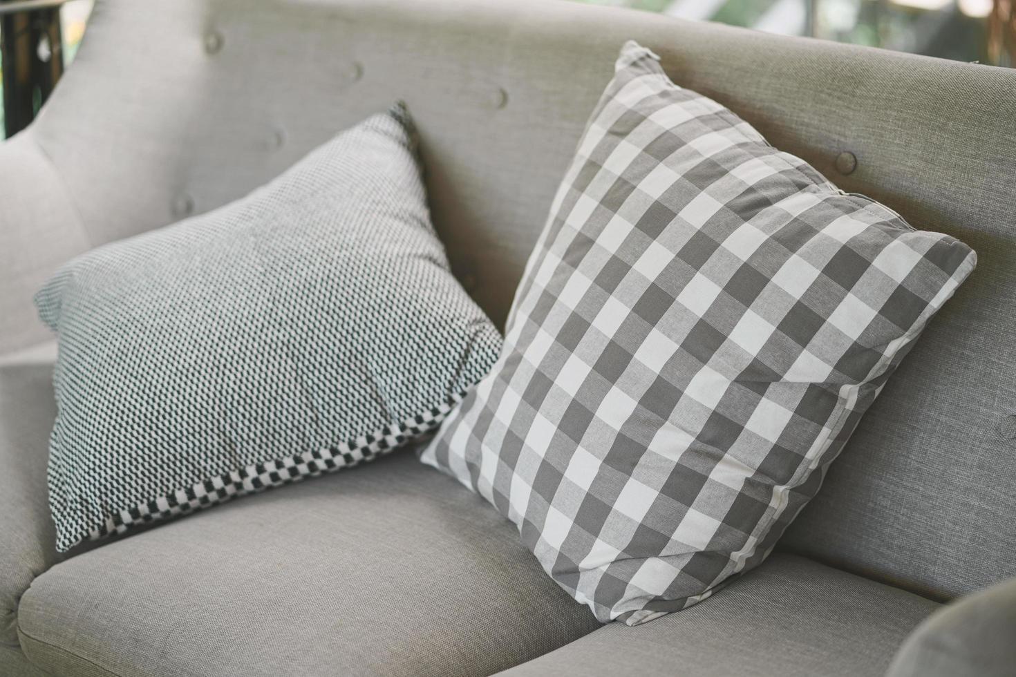 närbild av grå kudde på soffan i ett hem foto