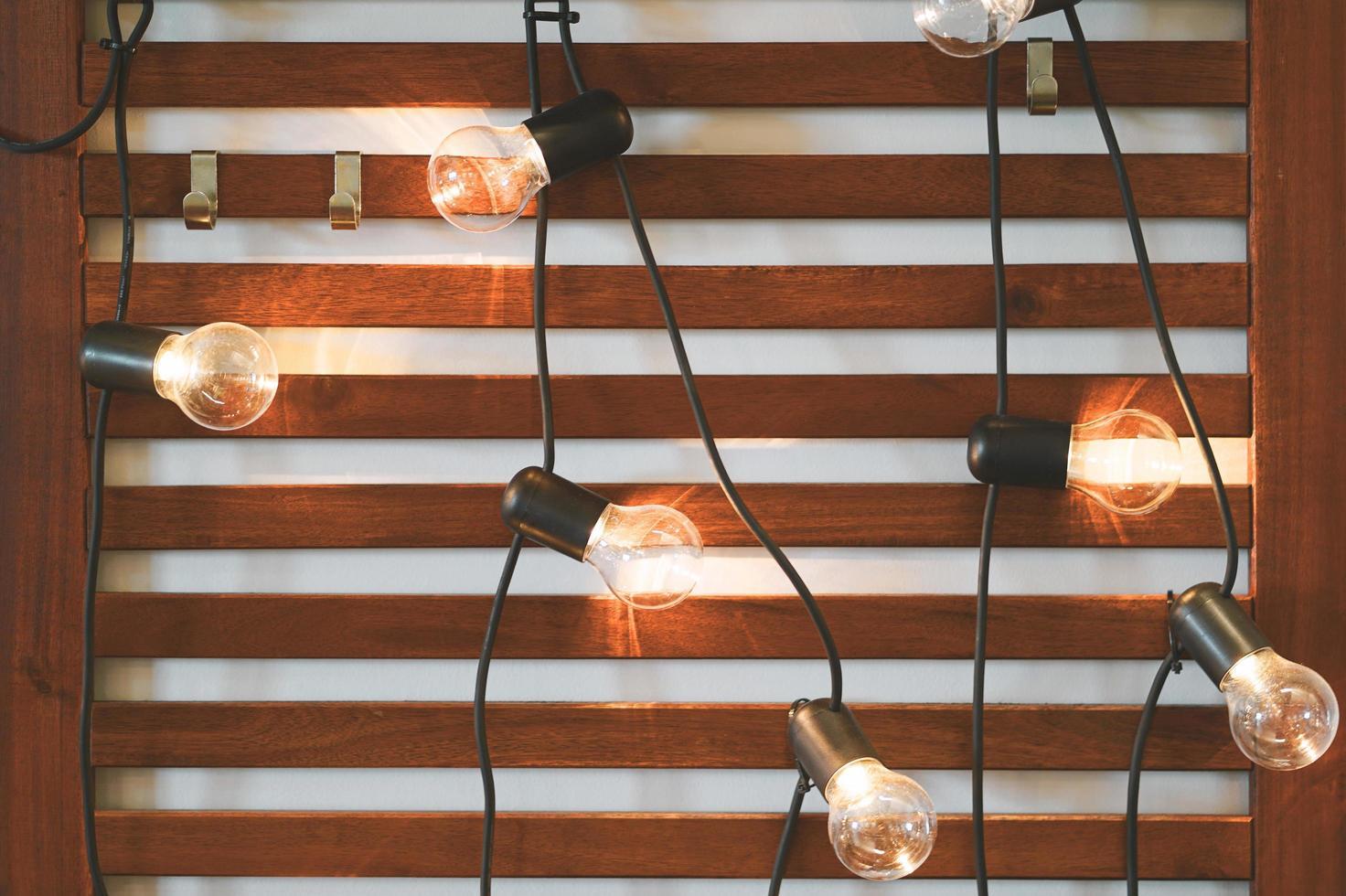 glödlampor på träbakgrund foto