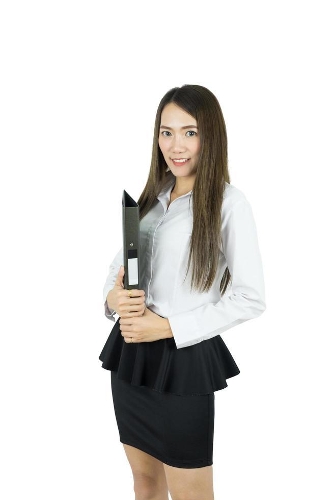 ung asiatisk affärskvinna som håller fildokument isolerad på vit bakgrund foto