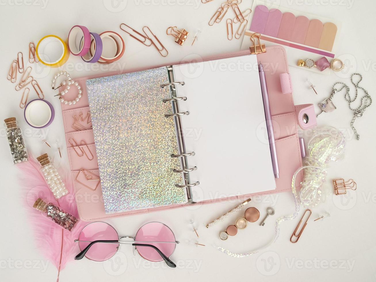 dagbok öppnas med vit och holografisk sida. foto