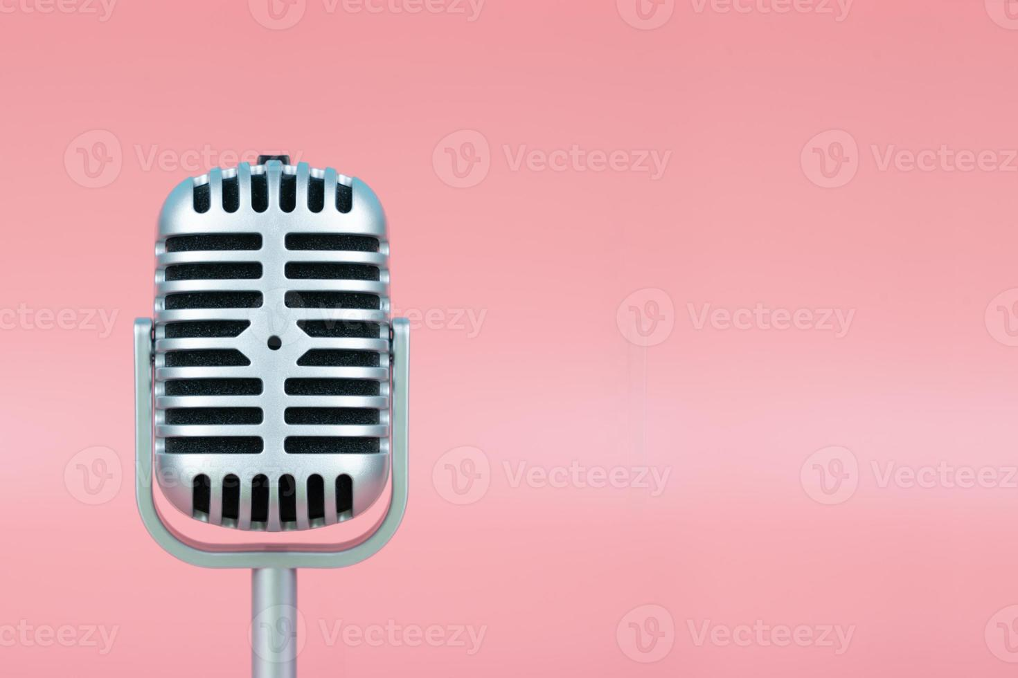 retro mikrofon med kopieringsutrymme på rosa bakgrund foto