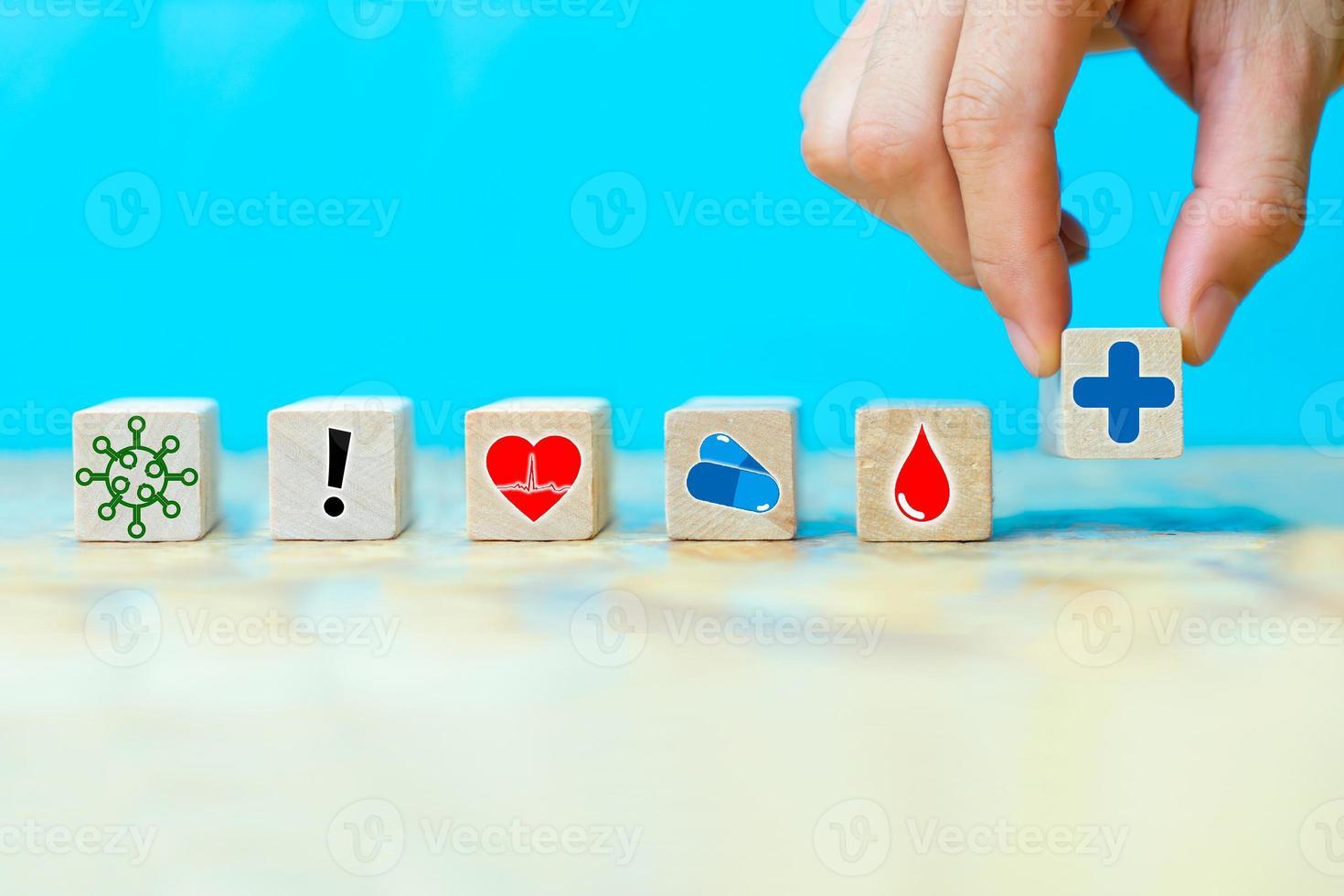 affärsmän väljer en ikoner sjukvårdssymbol foto