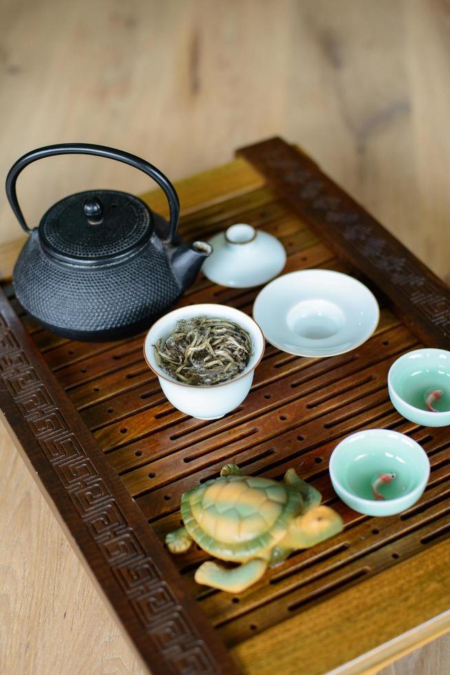 teceremoniprocess inställd för teceremoni på en tebord med vitt kinesiskt te. foto