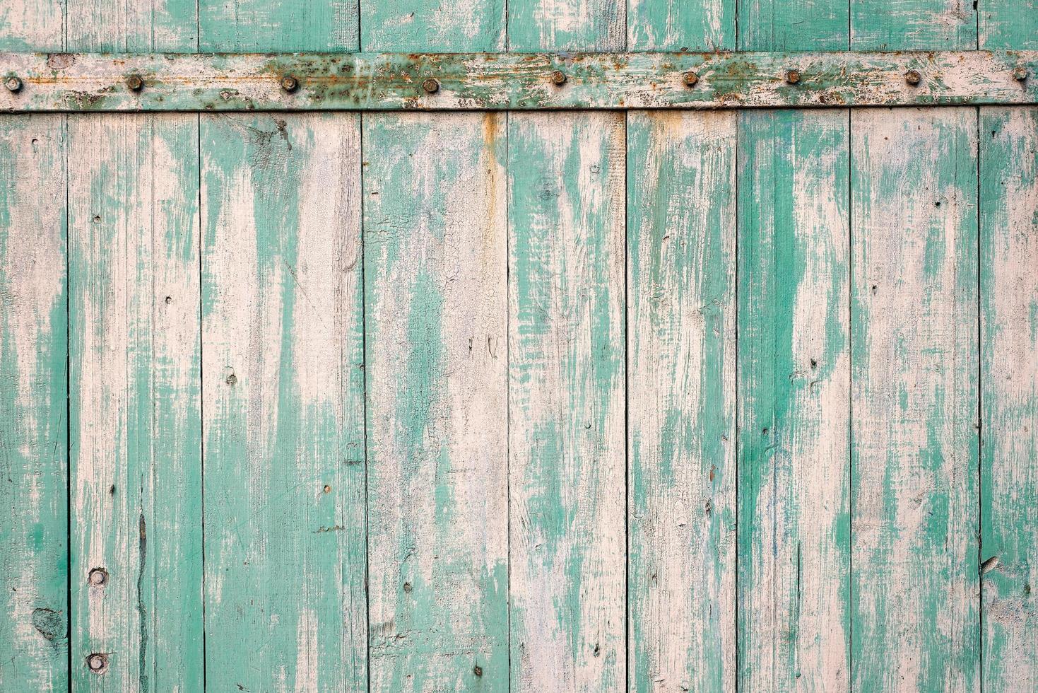 textur av gammalt trä rustik bakgrund med skalande ljusblå färg med rostiga metallelement. foto