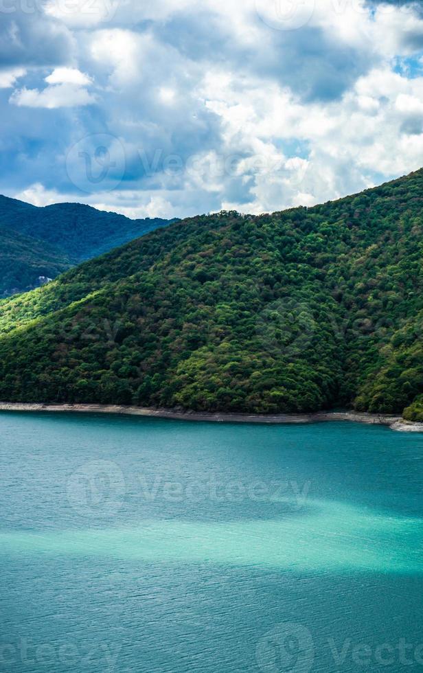berömda zhinvali -reservoar i Kaukasusbergen i Georgien foto