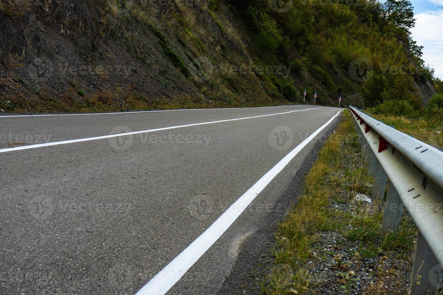 närbild av bergsväg foto