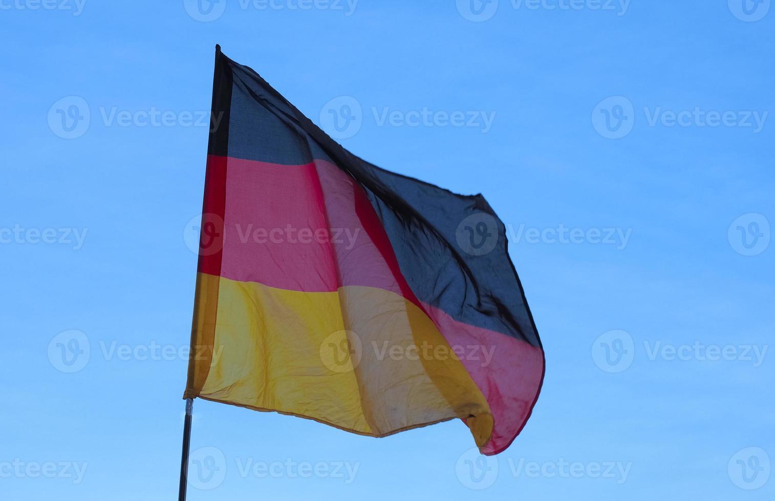 Tysklands tyska flagga över blå himmel foto