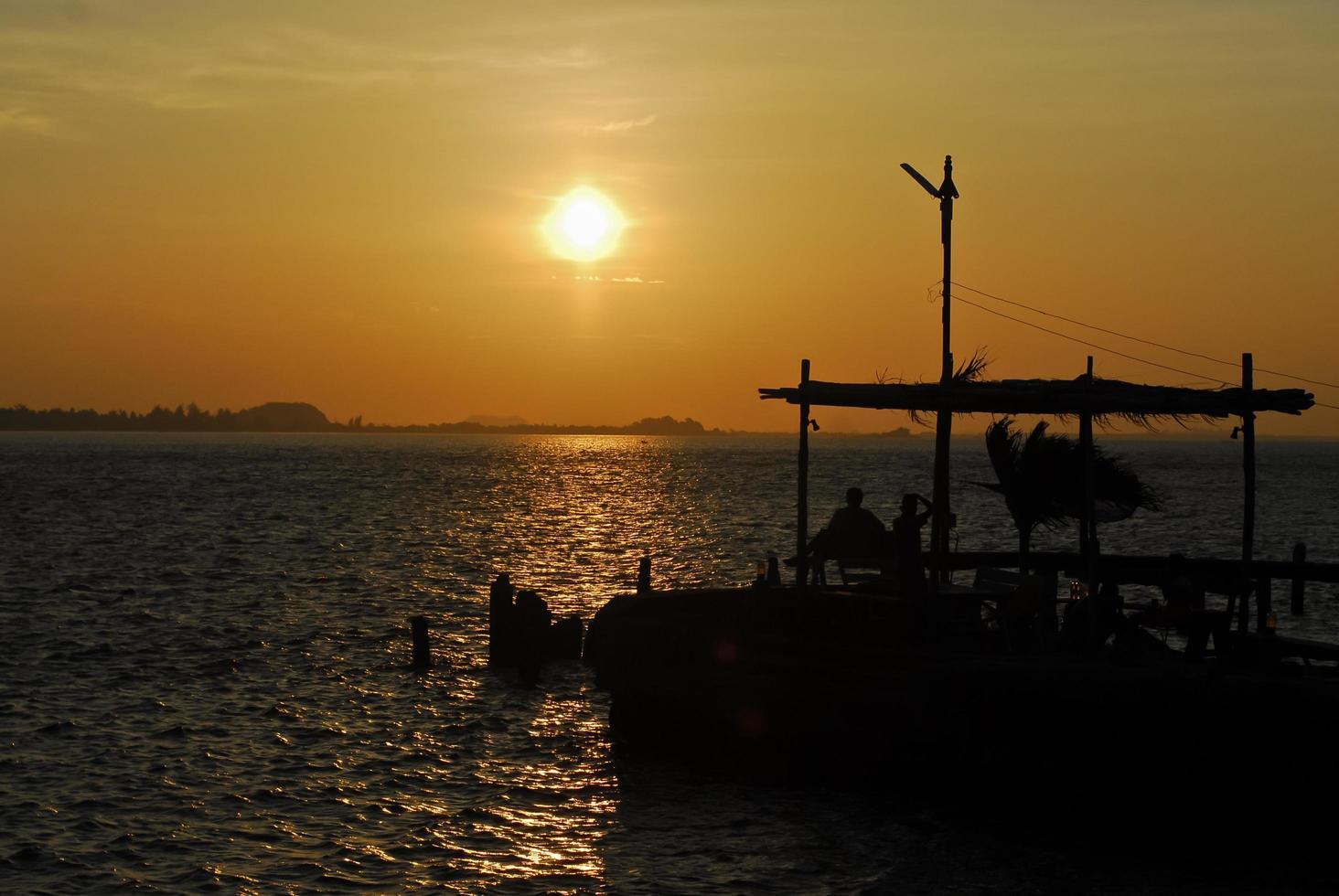 tropisk strand vid vacker gyllene solnedgång. natur bakgrund foto