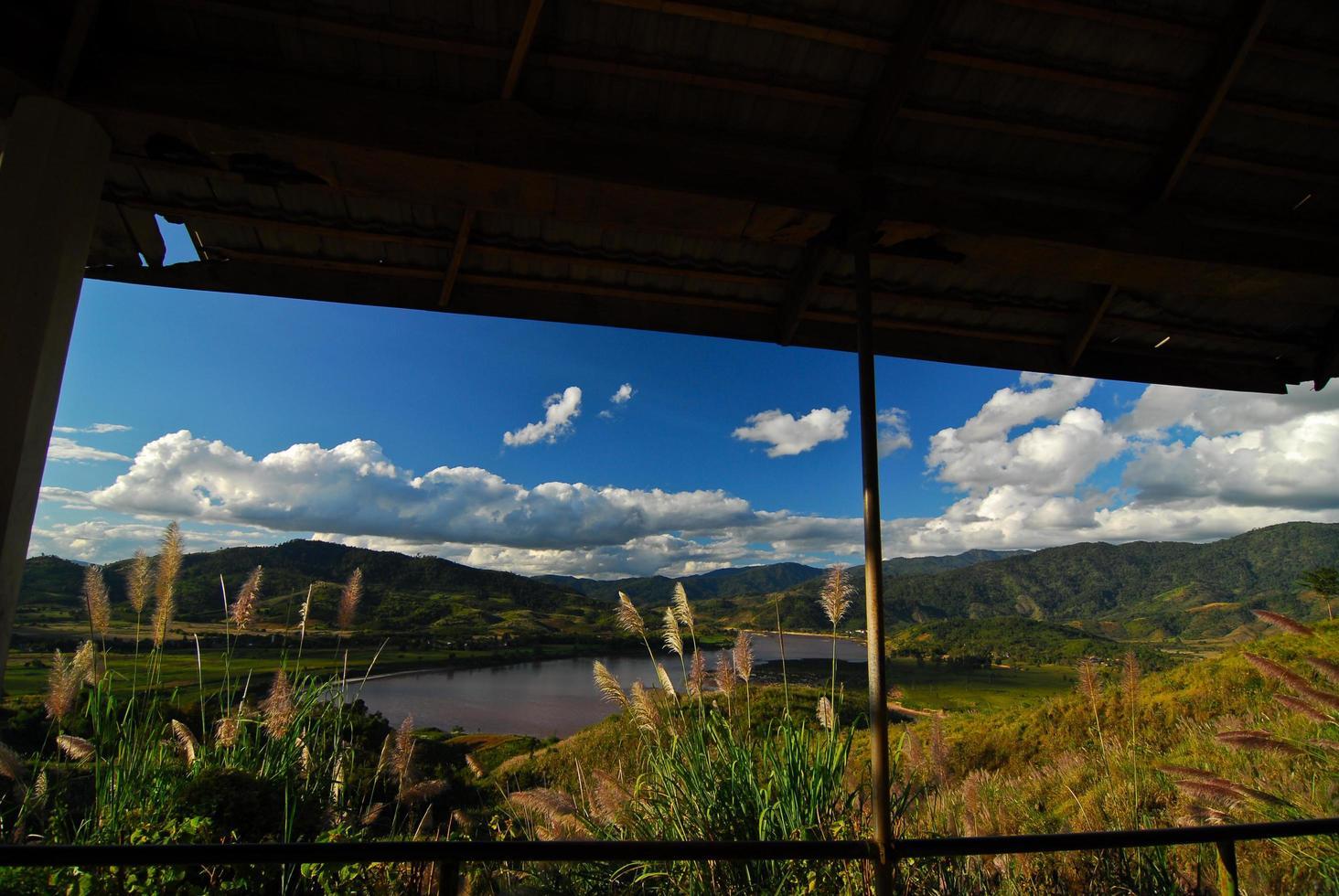 vackra bergslandskap och molnblå himmel foto