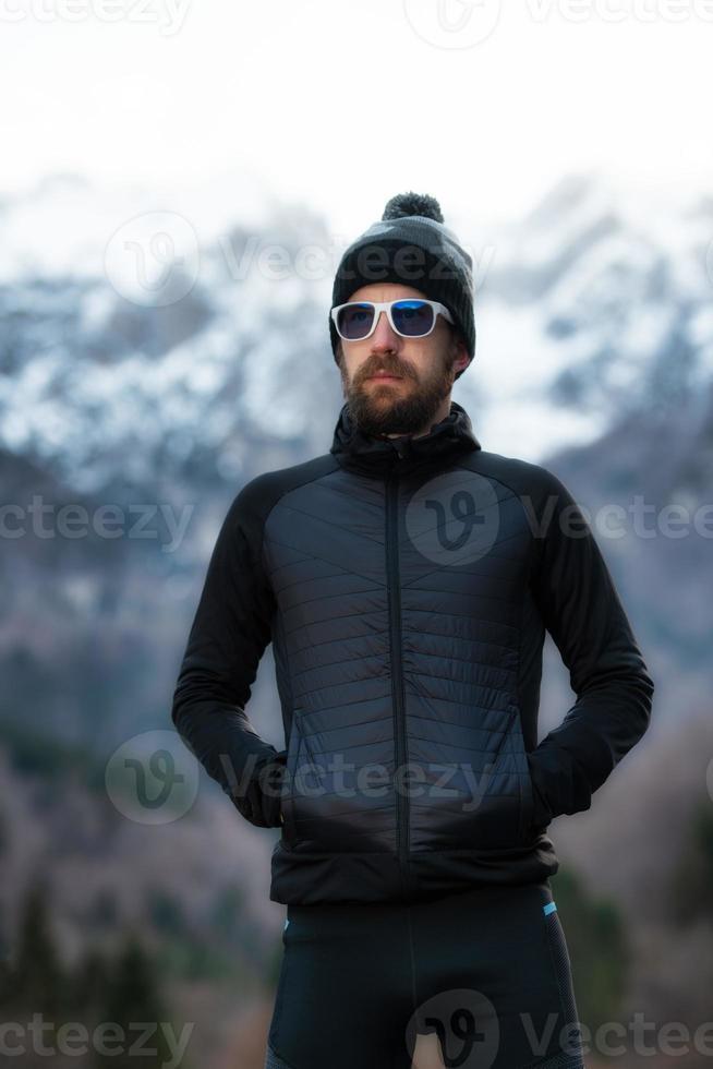 man med skägg bergsklättrare porträtt bara bergen foto