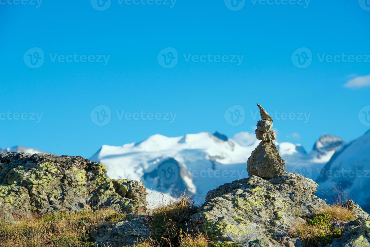 markera rätt väg i de höga bergen foto