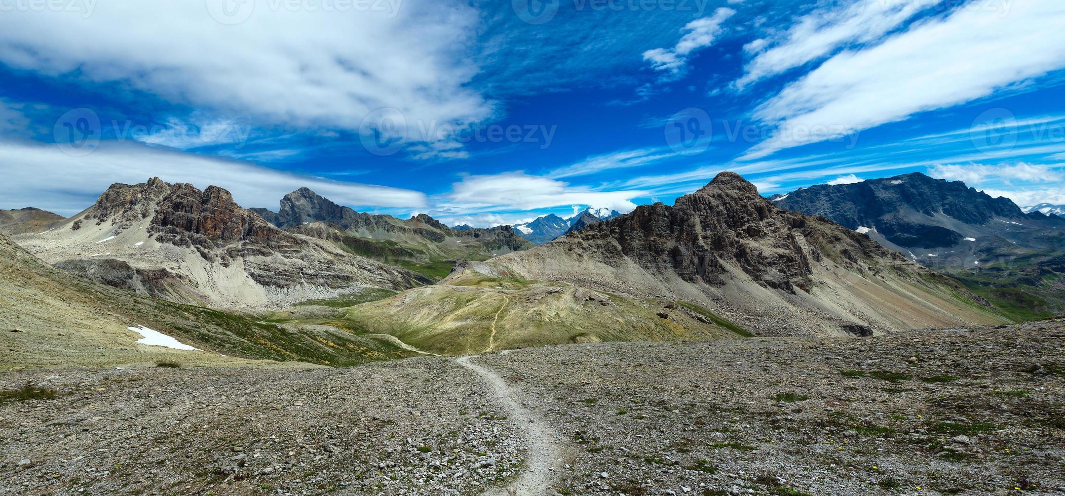 panorama över berg med gångväg foto