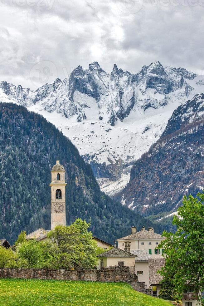 soglio. by i de schweiziska alperna. i bregaglia dalen, grisons kanton foto