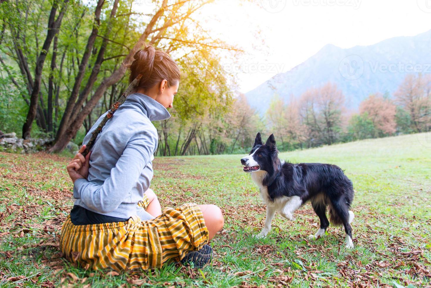 flicka som leker med sin hund border collie foto