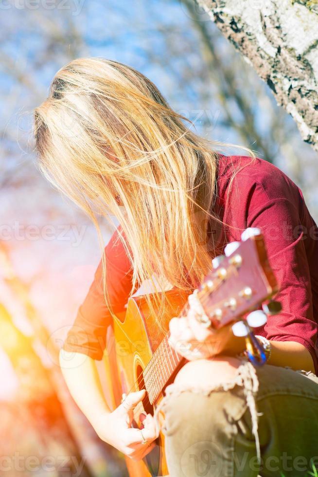 flickan spelar gitarr foto