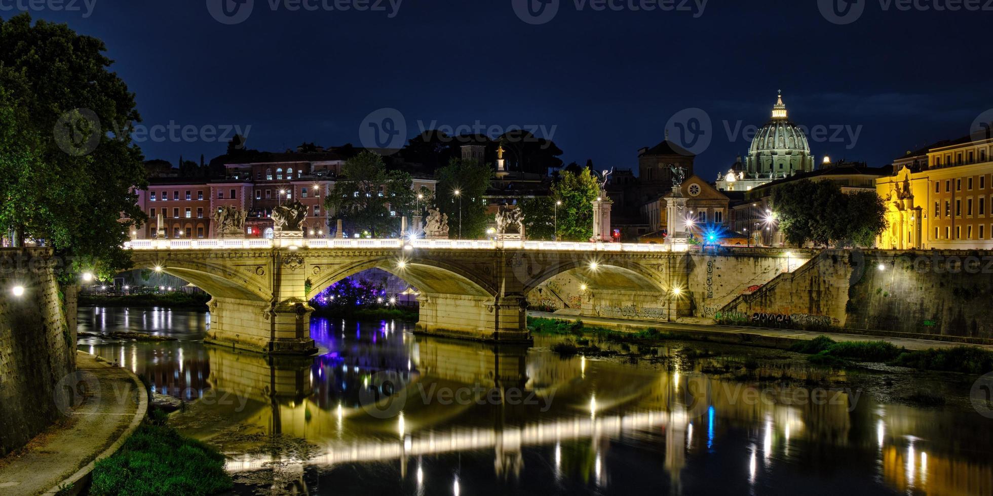 forntida bro i Rom över floden Tever foto