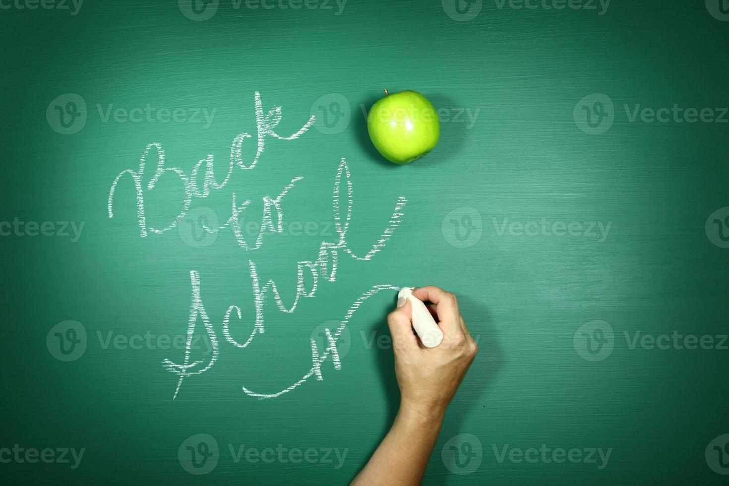 tillbaka till skolan skriven på en svart tavla foto