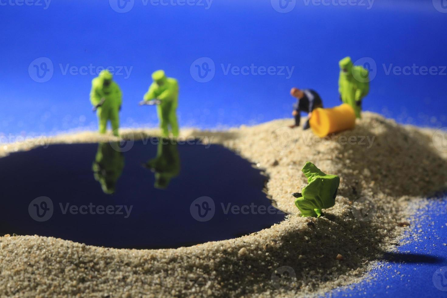 små miniatyrskalade människor i nyfikna koncept foto