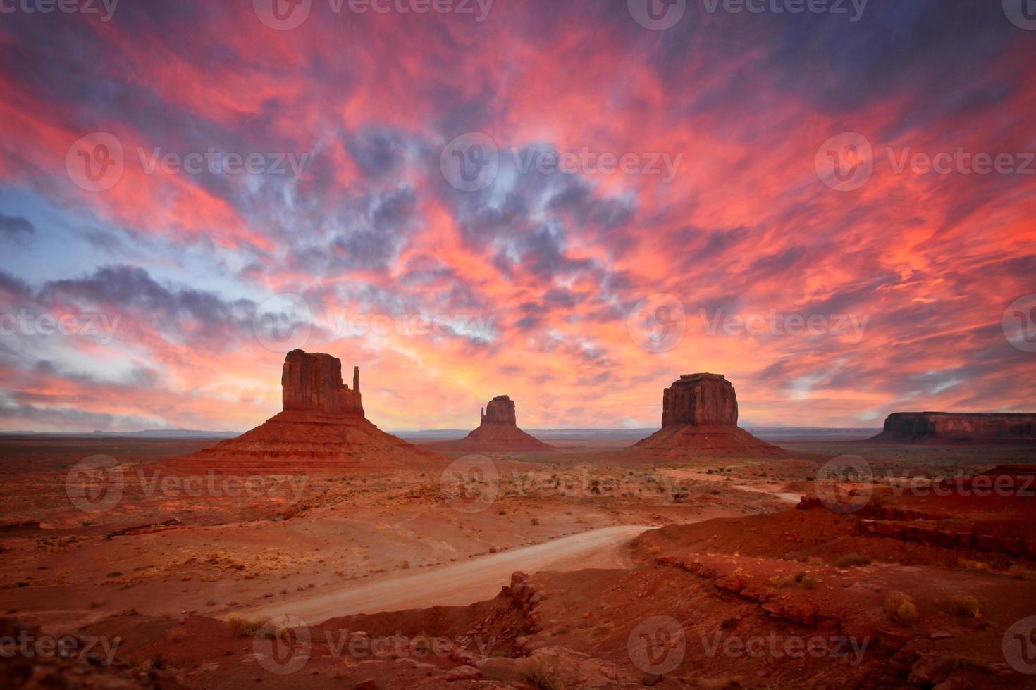 monumentdalens landskap som visar de berömda navajo -butterna foto