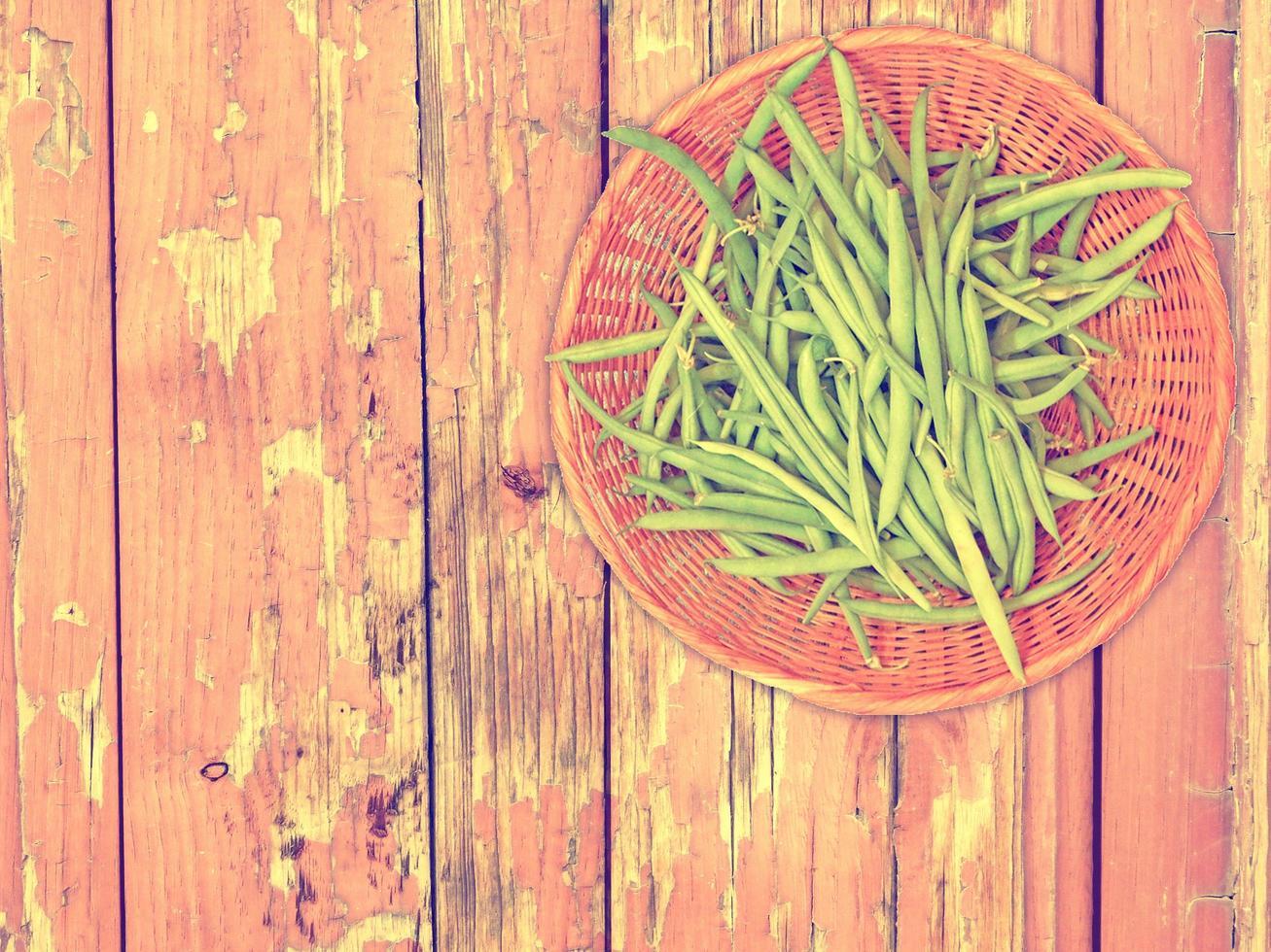 gröna bönsgrönsaker på träbakgrund foto