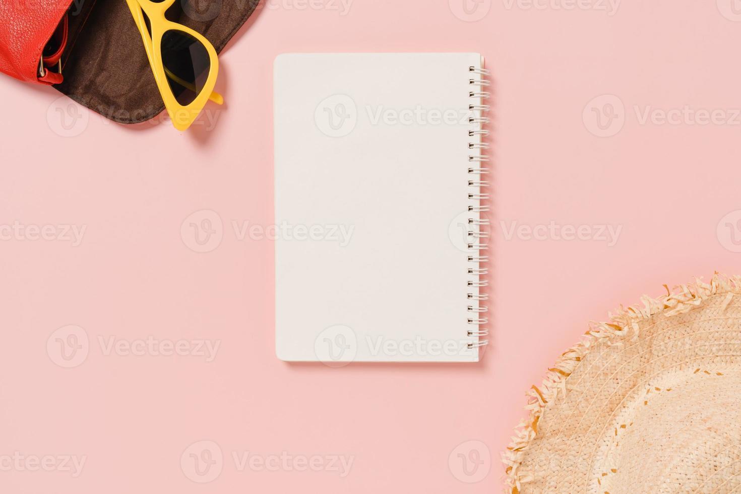 kreativa platta resor semester vår eller sommar tropiskt mode. ovanifrån strandtillbehör öppen mockup svart anteckningsbok för text på pastellbakgrund. ovanifrån håna kopia utrymme fotografering. foto