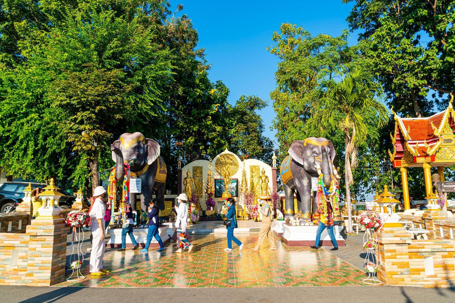 Chiang Mai, Thailand - 6 dec 2020 - utsikt över Wat Phra som Doi Khams gyllene tempel i Chiang Mai, Thailand. detta tempel ligger uppe på doi kham-kullen, omgiven av vackra bergslandskap. foto